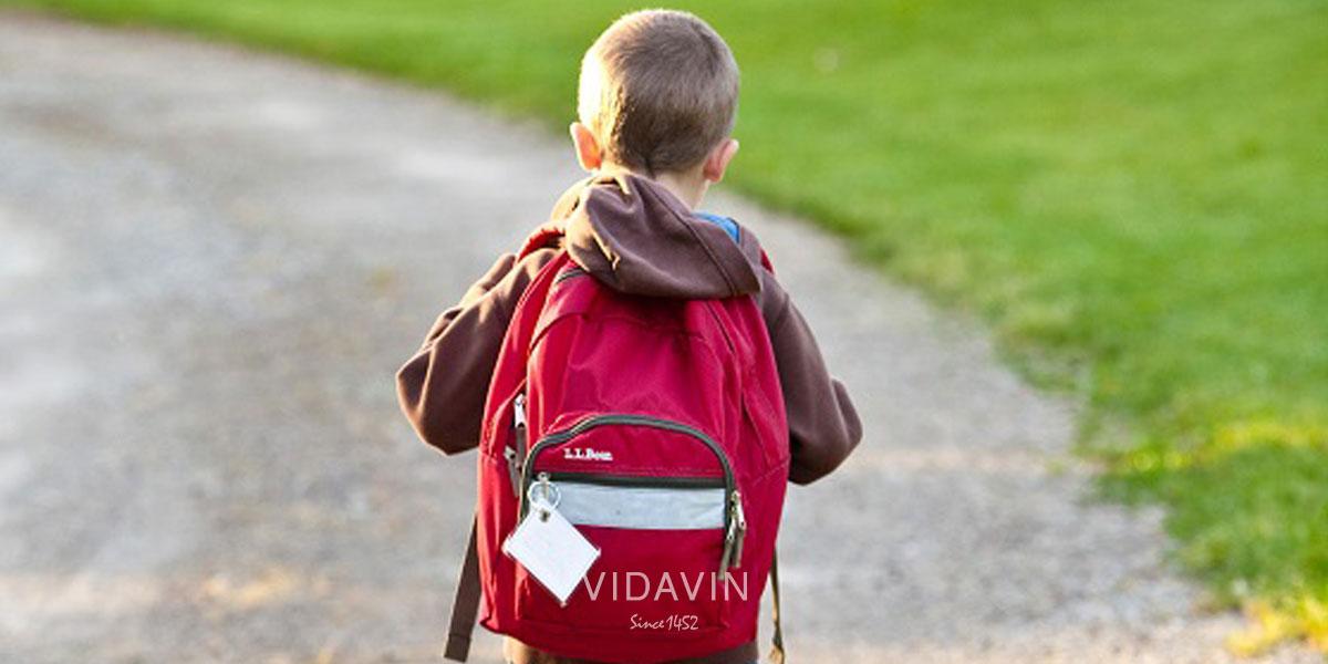 لوازم تحریر برای پایه سوم دبستان- کودک در حال رفتن به مدرسه