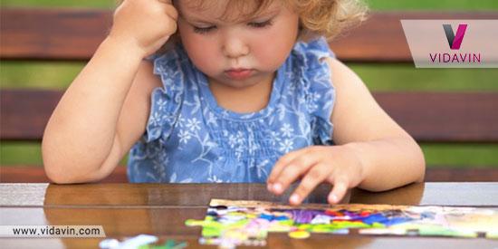 کودک در حال درست کردن پازل